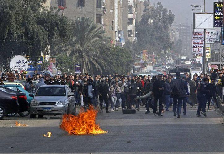Simpatizantes del presidente depuesto por fuerzas militares, Mohamed Mursi, durante una revuelta reciente en El Cairo. (Agencias)