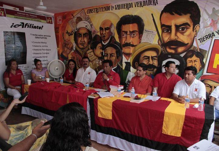 Representantes del partido político durante una conferencia. (Tomás Álvarez/SIPSE)