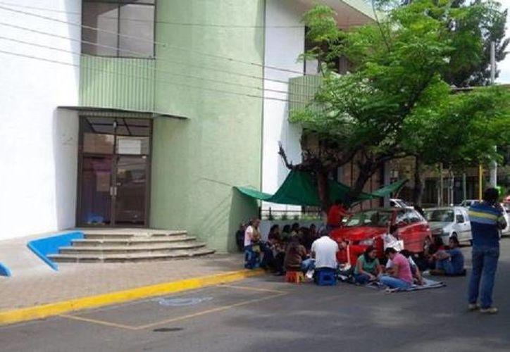 Oficinas de gobierno, tiendas y bancos permanecen bloqueados por miembros de la CNTE en Oaxaca. (Milenio)