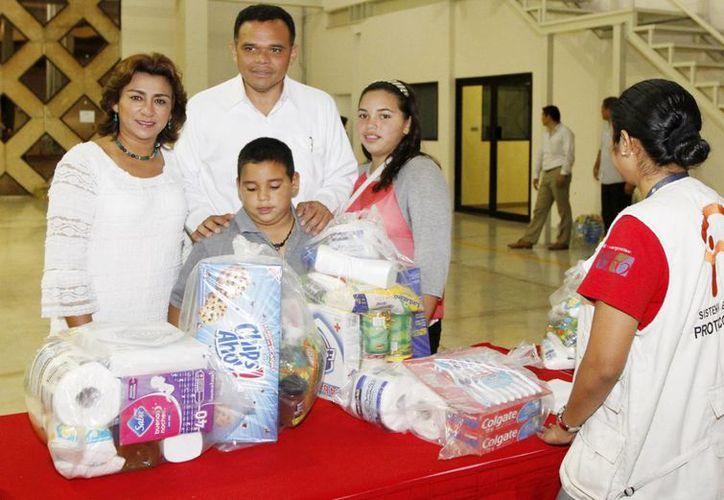 Anoche el Gobernador y su familia llevaron víveres al centro de acopio en el Siglo XXI. (SIPSE)