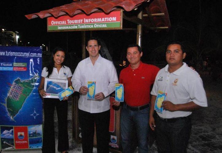 Personal de Turismo y el alcalde visitaron el módulo. (Cortesía/SIPSE)