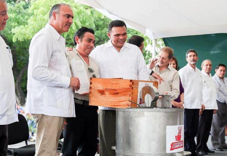 El titular de la Sagarpa acompañó al Gobernador yucateco en la entrega de apoyos de insumos y equipo a los productores. (Milenio Novedades)
