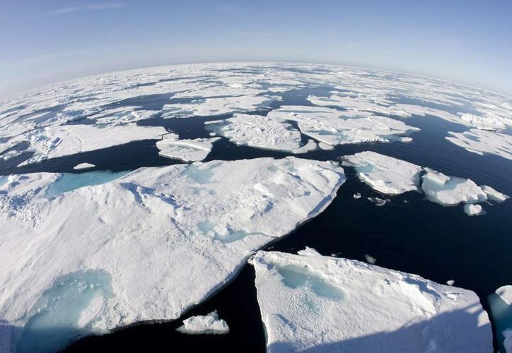 Líderes del mundo han establecido una meta para tratar de evitar que el calentamiento del planeta supere 1.5 grados centígrados. Imagen de glaciares que se deshacen en el polo norte por el aumento de la temperatura. (AP)