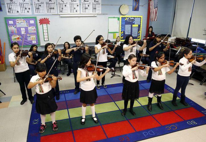 Estudiantes de la Escuela Primaria Richard Edwards, en Chicago durante su clase de música.