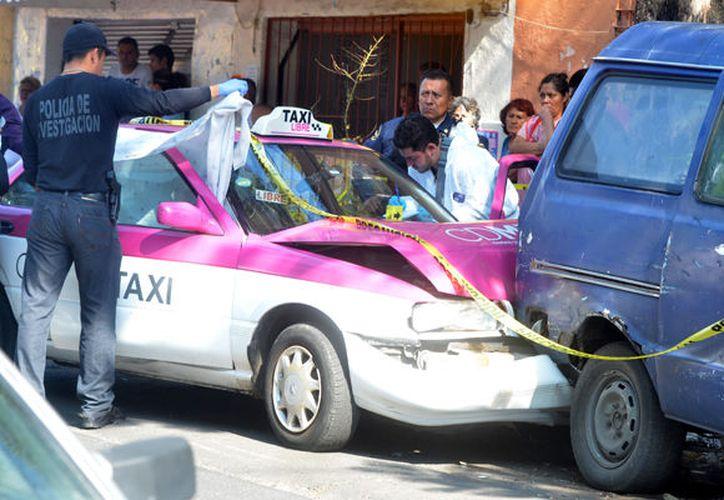 Al momento del choque, algunos de los transeúntes se acercaron a mirar al individuo que no salió del auto. (Foto: La Prensa).