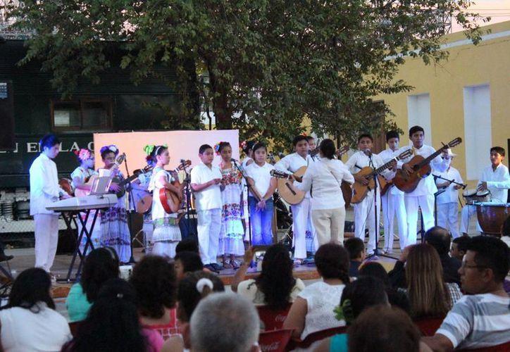 Autoridades estatales, alumnos y padres de familia participan en los festejos del Cecuny. (Cortesía)