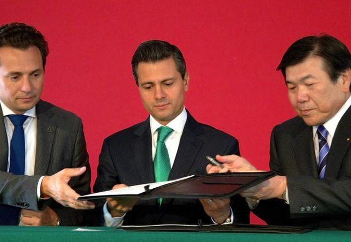 El presidente Enrique Peña Nieto con el director de la paraestatal, Emilio Lozoya y el presidente de Mitsui, Masami Lijima. (Notimex)
