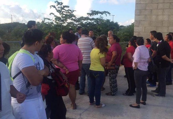 Los empleados se manifestaron para pedir el pago de la prestación. (Benjamín Pat/SIPSE)
