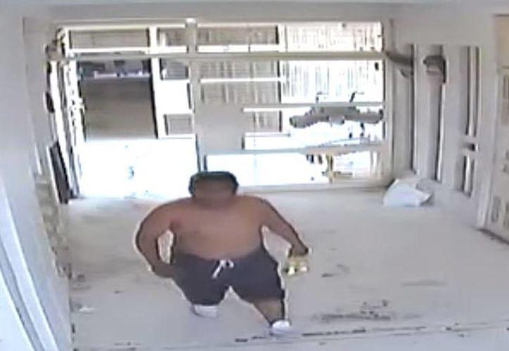 Imagen de uno de los internos que circula por el módulo de alta seguridad del Ceresova con dos cervezas en la mano. (Captura de pantalla)