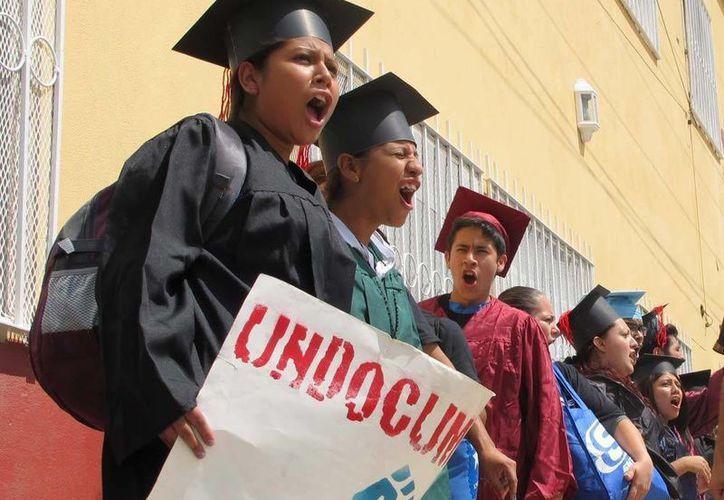 Así protestaron al cruzar el puente que une a Nuevo Laredo, Tamaulipas, con Laredo, Texas. (AP)