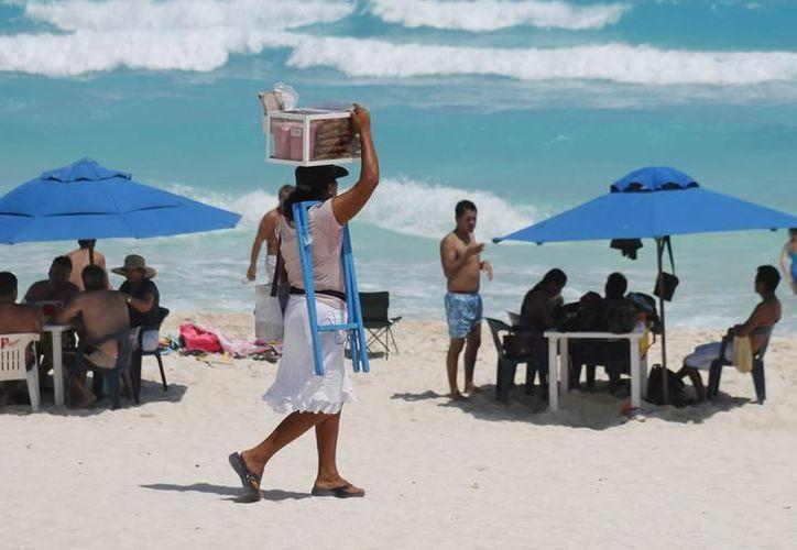 De acuerdo con la oficina de Comunicación Social de la Profepa, no tienen conocimiento de que elementos de la dependencia vigilen a los vendedores ambulantes de las playas de Cancún. (Archivo SIPSE)