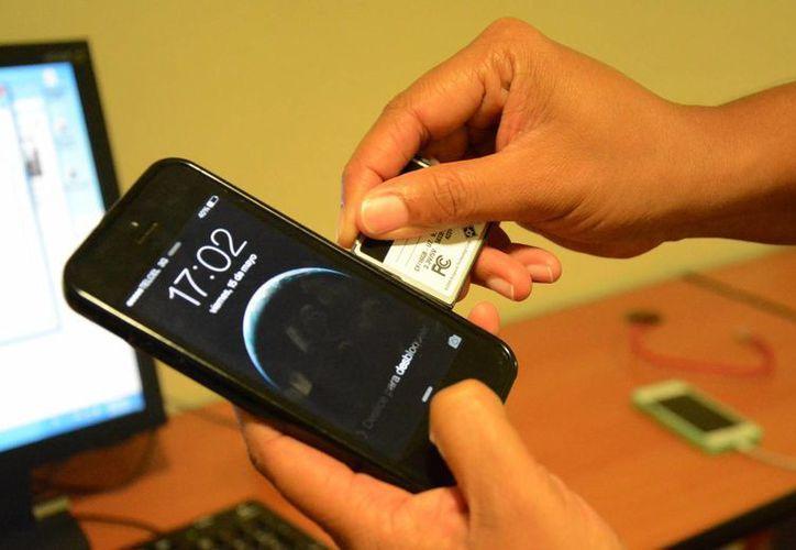Recomiendan proteger la información de los teléfonos inteligentes. (Luis Soto/SIPSE)