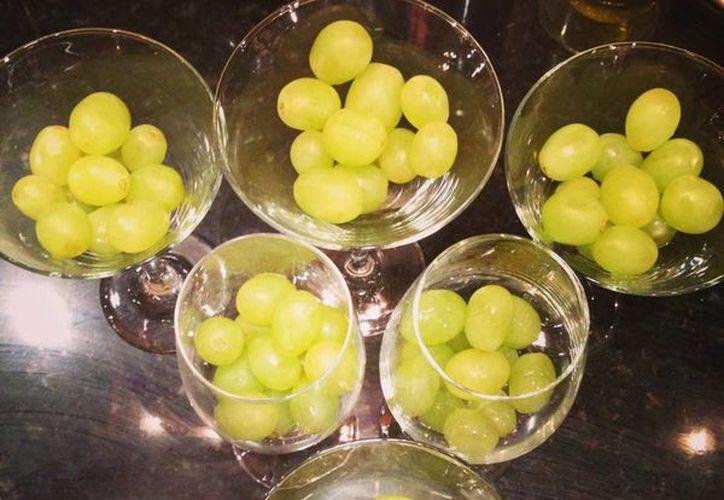 El ritual de comer 12 uvas para recibir el Año Nuevo se ha extendido a varios países, incluyendo México. (SIPSE)