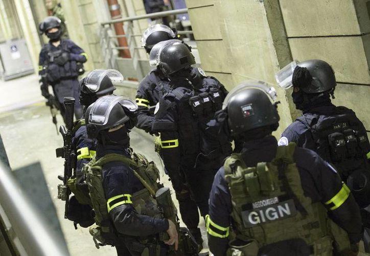 Efectivos de Grupo de las Intervención de la Gendarmería en una operación policial en  la cárcel francesa de Le Mans. (EFE/Archivo)