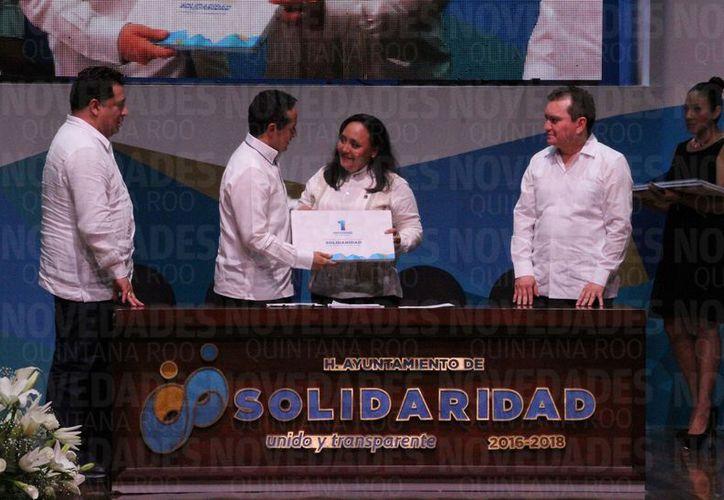El primer informe de gobierno de la primera presidenta de Solidaridad, Cristina Torres Gómez, estuvo precedido por el desfile empresarial que se proyectó en la pantalla.  (Adrián Barreto/SIPSE)