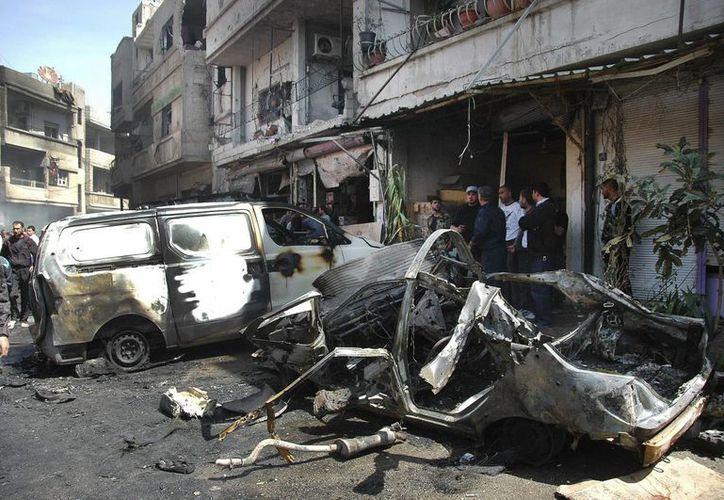 Los atentados con coches bomba son frecuentes en Siria. En la imagen, policías sirios inspeccionan el lugar donde explotó un auto bomba en Homs, el pasado 29 de abril. (EFE/Archivo)