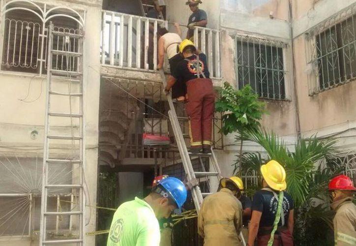 Personal de rescate apoyó a las personas que vivían en otros departamentos. (Sergio Orozco/SIPSE)