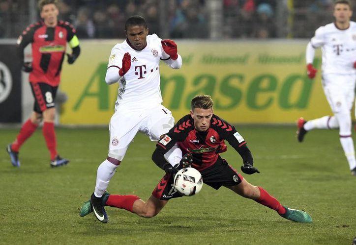 En un partido jugado a siete grados bajo cero, el Bayern ganó 2-1 a Friburgo en el inicio de la jornada 17 de la Liga de Alemania. (AP)