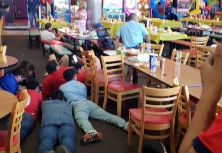 En los restaurantes de la plaza comercial los clientes se tiraron al piso. (El Debate)