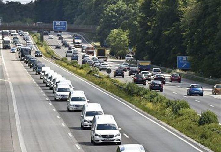 Una caravana de carrozas fúnebres que llevan los restos de las víctimas del desastre aéreo de la empresa Germanwings transita por una autopista en Duisburgo, Alemania. (Foto AP/Martin Meissner)