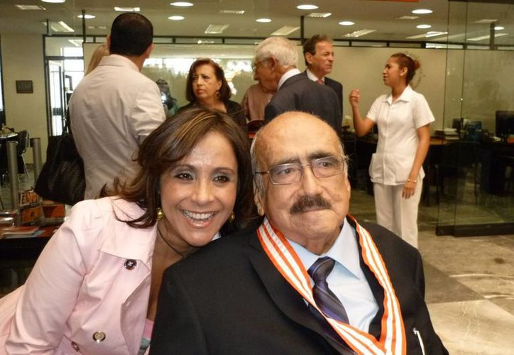 La comunicadora Angy Newman con Don Pedro Ferriz Santa Cruz. (angynewman.com.mx)