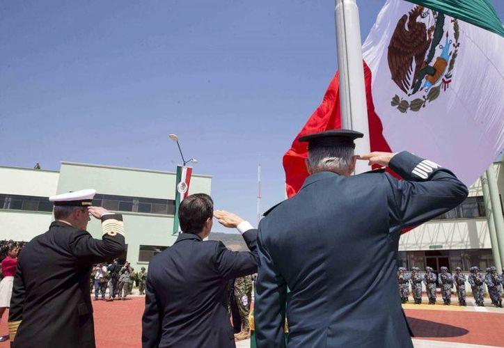 Peña Nieto encabezó la ceremonia del Día de la Bandera en el 43 Campo Militar en Michoacán. (Presidencia)
