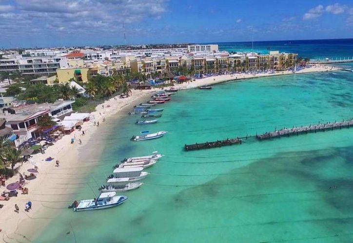Desde el aire es posible observar que la parte central del Muelle Rústico de Playa del Carmen se ha desplomado. (Daniel Pacheco/SIPSE)