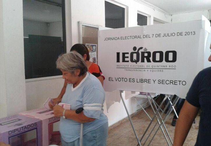 En el primer cuadro de la ciudad de Cancún pocas personas acudieron a votar, en su mayoría personas mayores. (Jazmín Ramos/SIPSE)