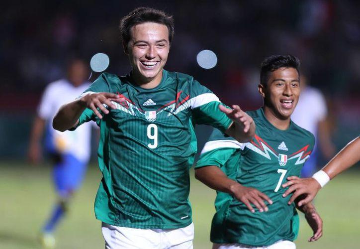 Erick Torres, El Cubo, anotó dos goles en el primer tiempo para dar a México una ventaja que ya no perdió ante Honduras, en duelo de selecciones sub 21 dentro de los Juegos Centroamericanos y del Caribe en Veracruz. (Notimex)