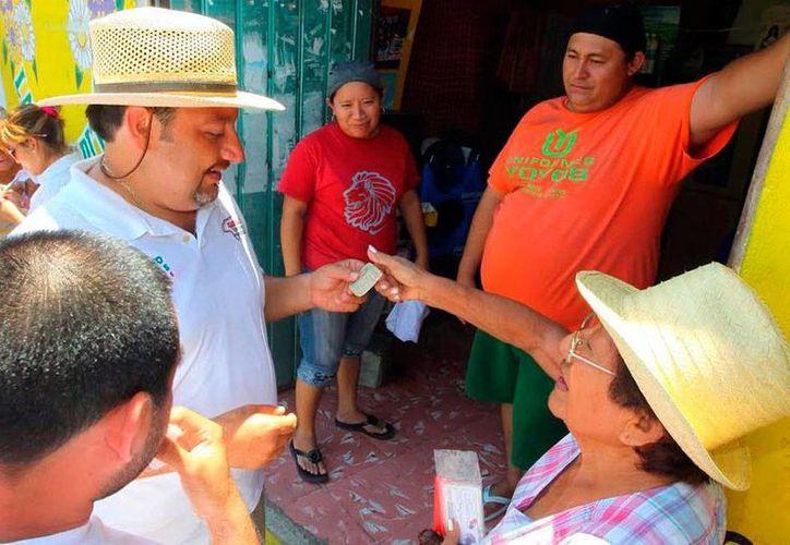 Francisco Torres Rivas estuvo ayer con vecinos del fraccionamiento Fidel Velázquez, al oriente de Mérida. (Milenio Novedades)