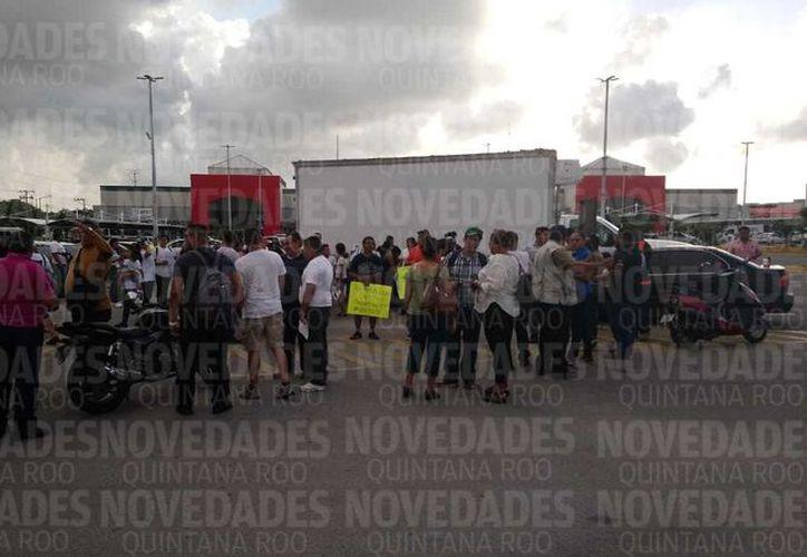 En punto de las 18 horas comenzaron a reunirse en el estacionamiento de un centro comercial ubicado sobre avenida Kabah, esquina con avenida Andrés Quintana Roo. (SIPSE)