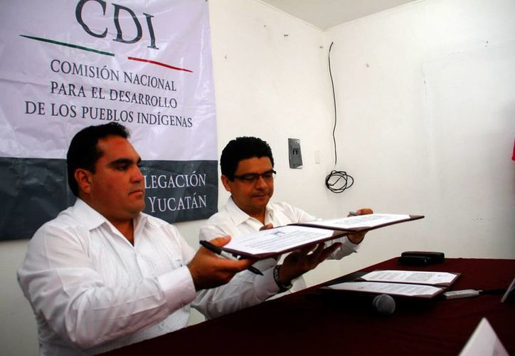 Jesús Carlos Vidal Peniche y Jorge Victoria Mandonado tras la firma del convenio. (Juan Albornoz/SIPSE)