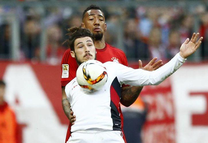 Jérôme Boateng (atrás), 57 veces seleccionado alemán, podría convertirse en el primer capitán negro en la historia de la selección teutona. En la foto, durante un  reciente partido de Bayern Munich vs FC Ingolstadt 04. (AP)