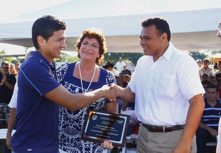 El jugador del Mérida Eduardo Fernández (izq.) recibió un reconocimiento de la Liga Eric Díaz Palma, en acto encabezado por el Gobernador. (SIPSE)