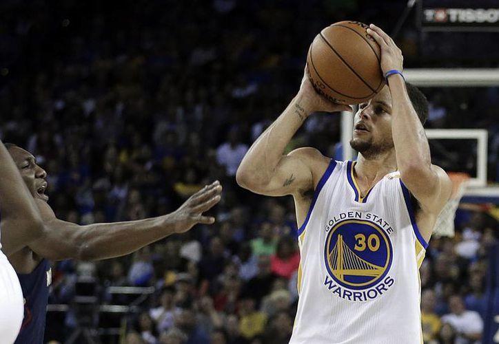 Stephen Curry, jugador de Golden State, logró anotar 13 triples durante la victoria de los Warriors sobre los Pelicans de Nuevo Orleans, un récord de la liga. (AP)