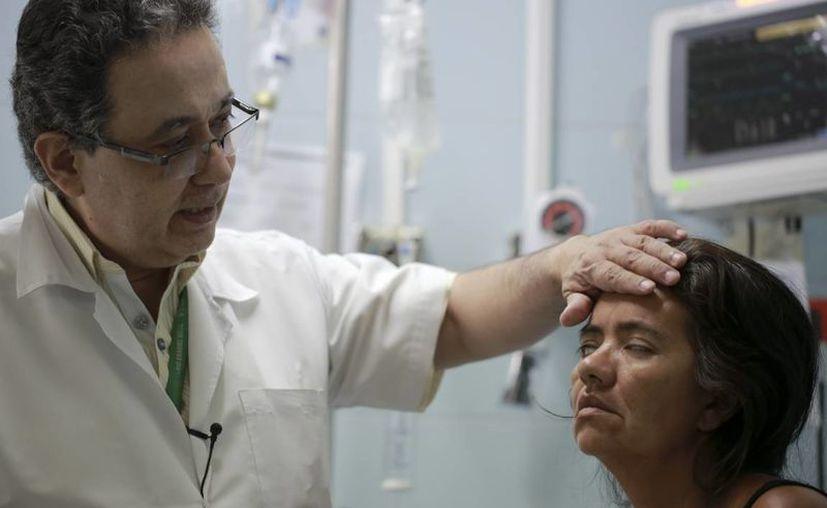 La paciente Zulay Balza no logra cerrar los ojos mientras el neurólogo Jairo Lizarazo prueba sus músculos faciales en el hospital Erasmo Meoz en Cúcuta, en el estado Norte de Santander, Colombia. El Instituto de Salud del estado de Norte de Santander ha documentado 30 casos del síndrome desde que comenzó el brote de zika. (AP Foto/Ricardo Mazalan)