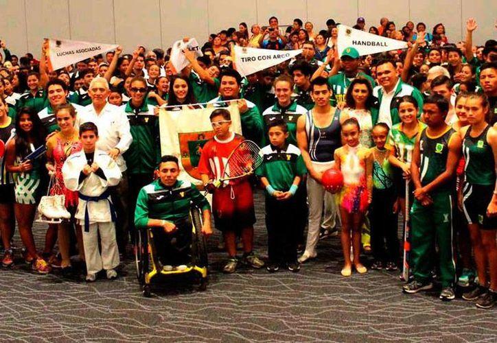 Con grandes expectativas, viaja la delegación Yucatán de atletas de Olimpiadas y Paralimpiadas Nacionales que fue abanderada ayer por el gobernador del Estado, Rolando Zapata Bello. (Milenio Novedades)