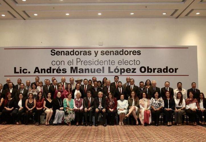 La idea del partido Morena es reducir gastos en un 30% en el Senado de la República (Foto: Twitter: @lopezobrador_)