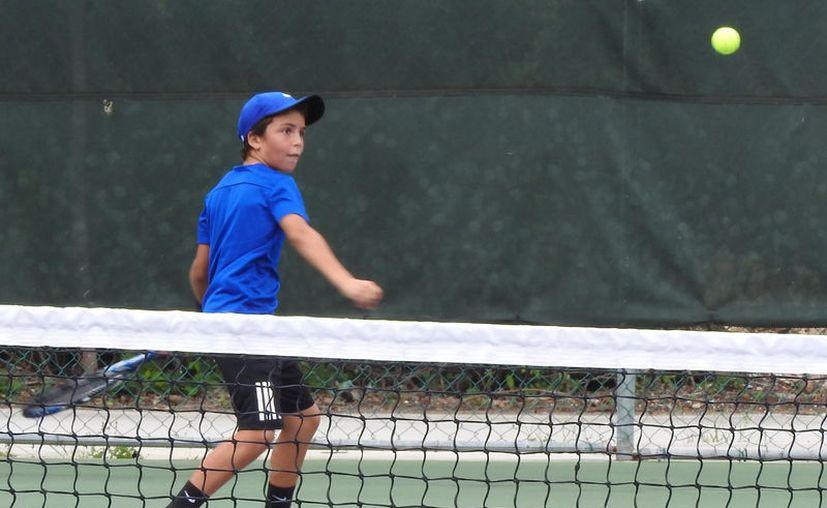 Esteban Ponce imparte una lección del deporte blanco a Tomás de la Parra. (Foto: Raúl Caballero/SIPSE)