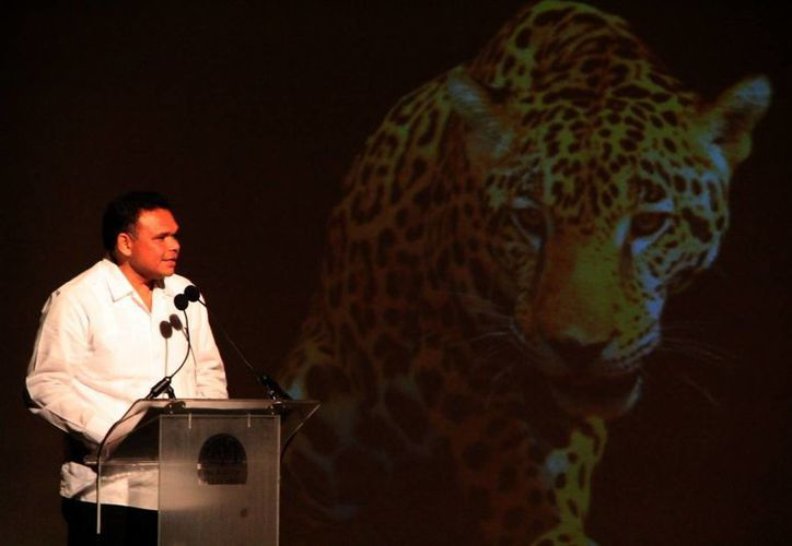 El gobernador Rolando Zapata Bello durante la presentación del Festival de la Cultura Maya 2013, en el Palacio de Bellas Artes. (José Acosta/SIPSE)