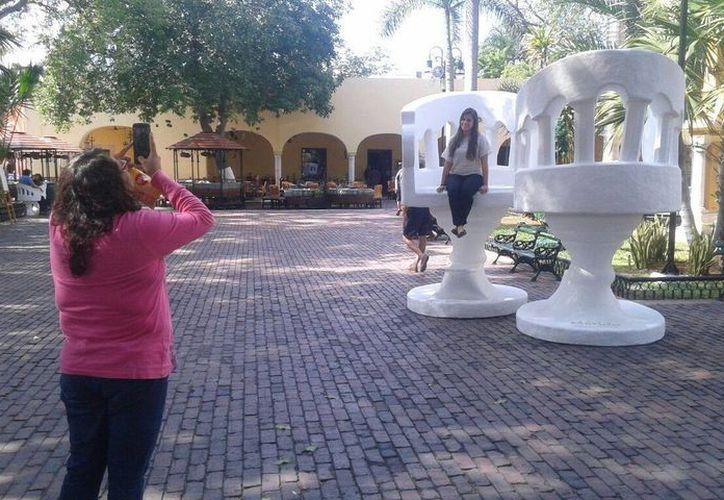 El alcalde, Mauricio Vila informó que la instalación de la réplica gigante de 'confidentes' en el parque de Santa Lucía es para promover el turismo en la ciudad.(Cortesía)