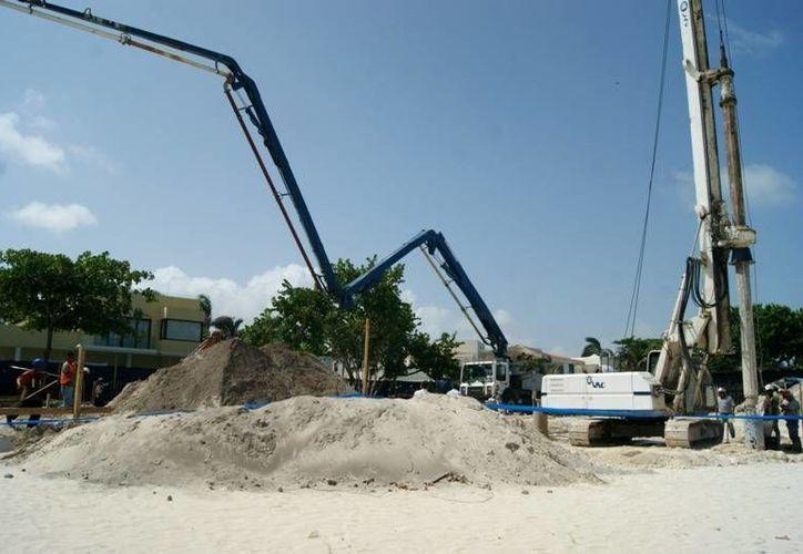La construcción que se ubica en la esquina Arrecife Xaman-Ha y Galo de Penacho continúa generando polémica. (Adrián Barreto/SIPSE)