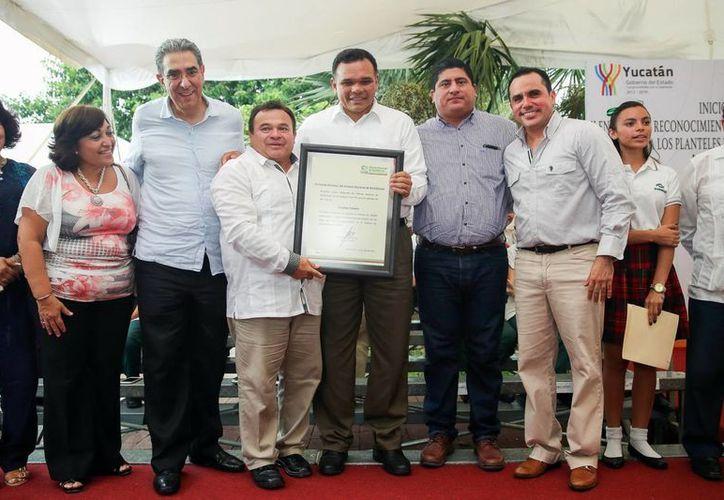El Conalep Yucatán ya forma parte del Sistema Nacional de Bachillerato. Imagen de la entrega de la certificación ante el gobernador Rolando Zapata Bello. (Milenio Novedades)