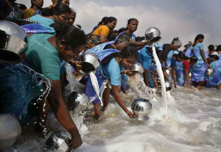 Pueblos indígenas realizan rituales y ofrecer leche en Marina Playa, que se vio afectada por el tsunami de 2004, en Chennai, India. (Agencias)