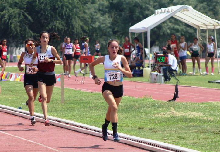 Ana Sofía Esquivel compitió en la prueba de dos mil metros. (Raúl Caballero/SIPSE)