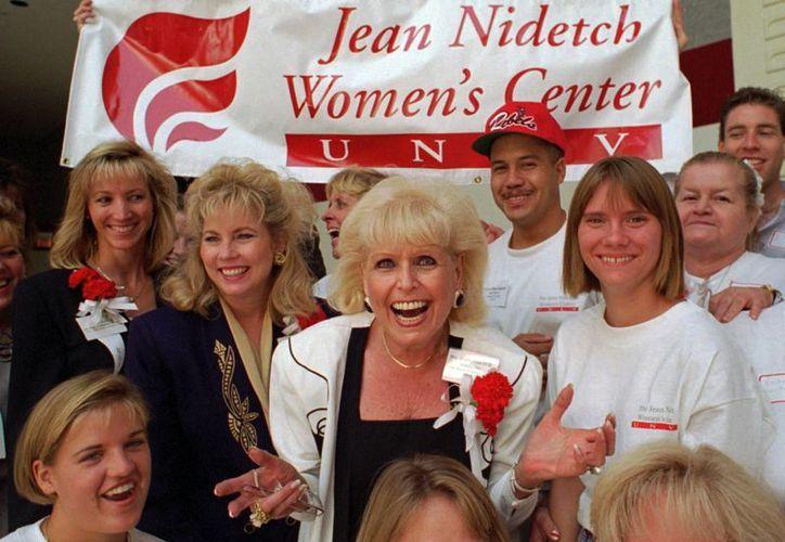 Imagen de Jean Nidetch, (centro) fundadora de Weight Watchers International, junto a un grupo de mujeres del Jean Nidetch Women's Center en la Universidad de Nevada en Las Vegas en 1995. (AP Photo/Lennox McLendon, Archivo)