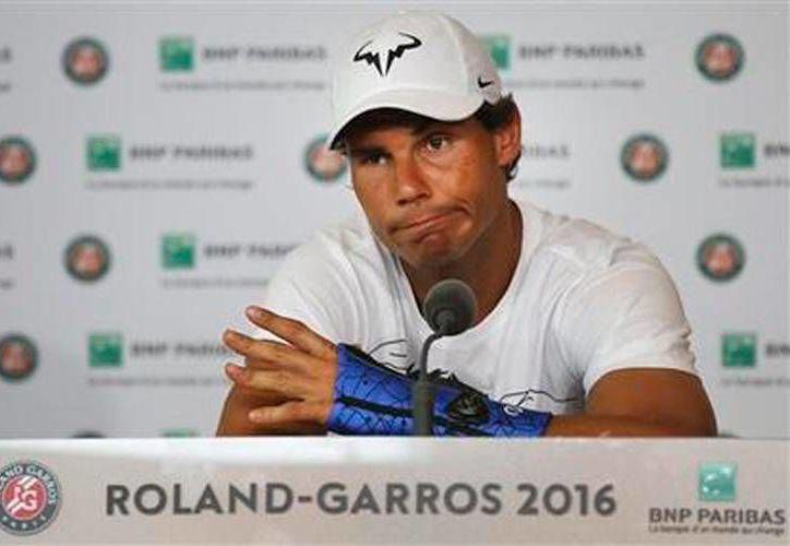 El español Rafael Nadal anuncia en conferencia de prensa su retiro del Abierto de Francia 'Roland Garros', por una lesión en la muñeca izquierda (AP Photo/David Vincent).