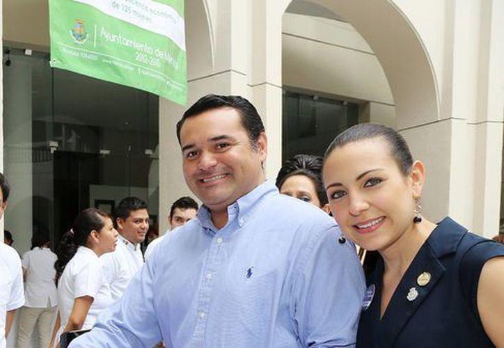 El alcalde Renán Barrera Concha festeja en el Ayuntamiento a especialistas de la nutrición. (Milenio Novedades)