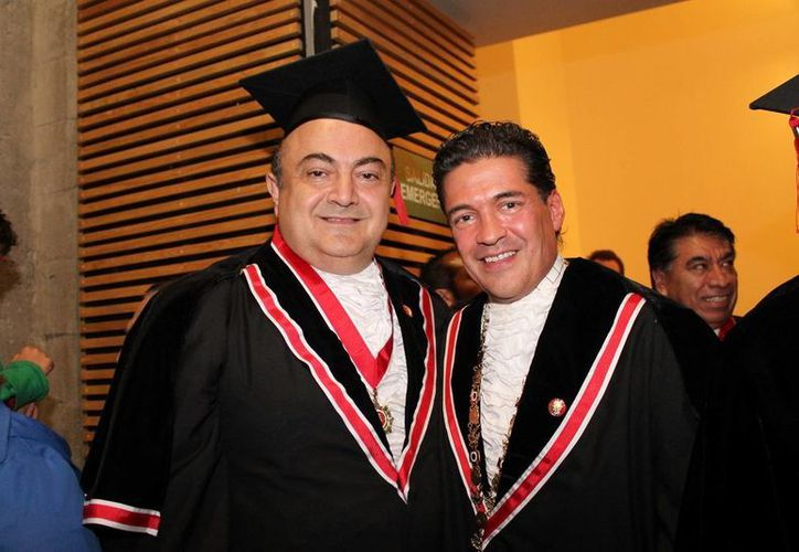 El empresario yucateco Roberto Abraham Mafud, con el nuevo presidente de la Legión de Honor, Jorge Cruz Bermúdez. (Milenio Novedades)