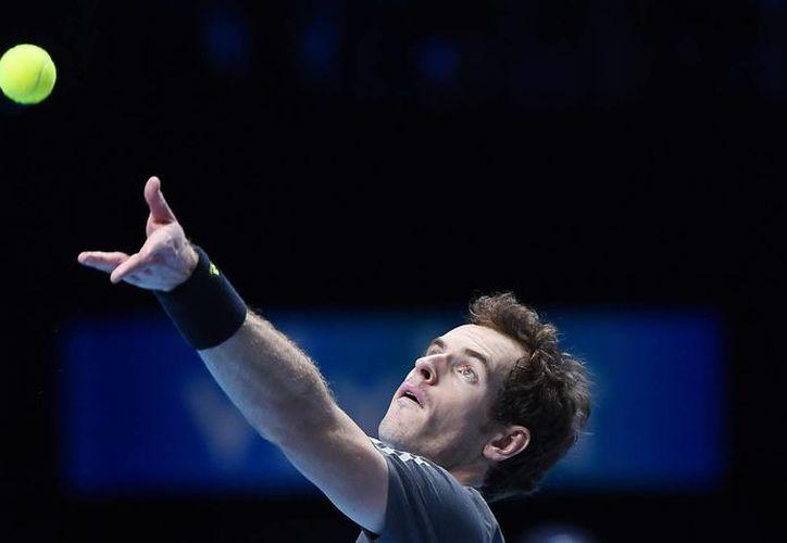 Andy Murray lanza un servicio a Milos Raonic en partido del Masters de la ATP que se realiza en Londres, Inglaterra. (EFE)
